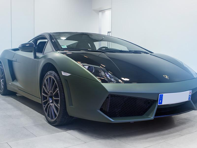 Total covering kaki mat sur une Lamborghini
