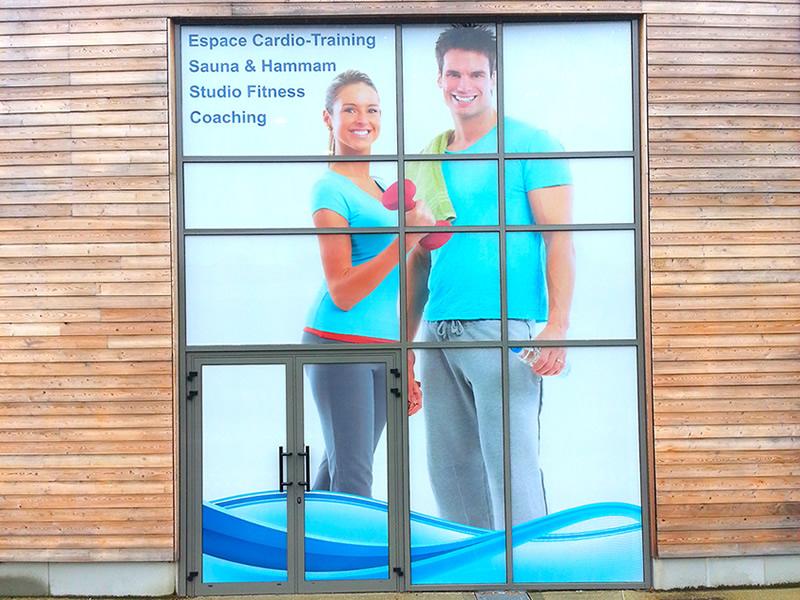Décoration adhésive sur une façade